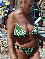 Grosses truies sur la plage -granny on the beach