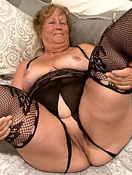Sexy-shaped experienced momma enjoys a big cock