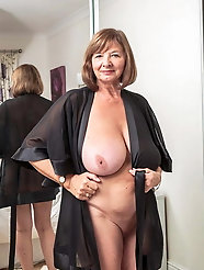 Remarkable older MILF shows her tricks