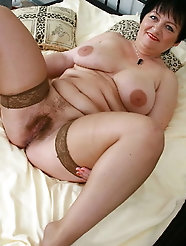 Feisty mature damsel is fingering her leaking cunt